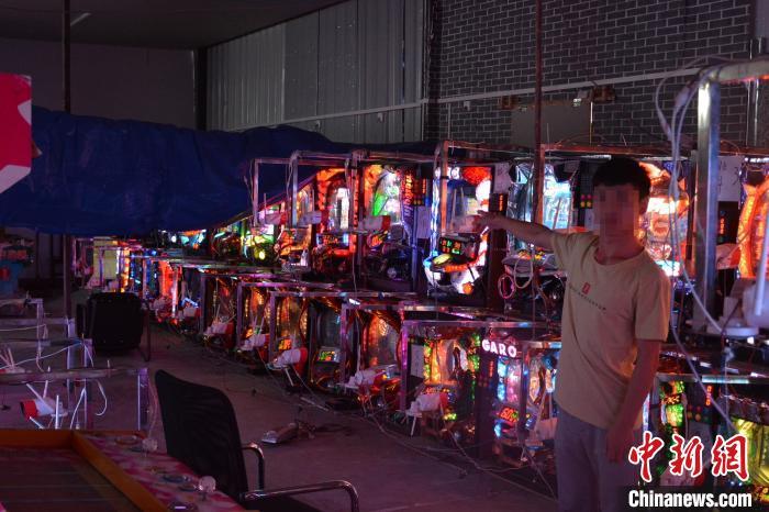 赌博机设在境外,通过网络直播传回画面,参赌人员在中国境内,通过手机下注参赌。记者9日从上海警方获悉,今年以来,此种新型跨境赌博形式露头,沪警方循线将该团伙一网打尽。上海警方供图