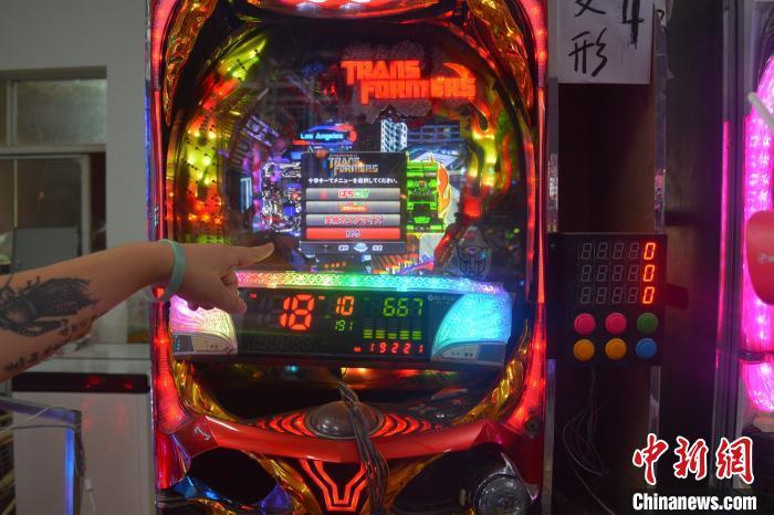 据警方介绍,该犯罪团伙使用摄像头对准设立在境外的赌博机,并设置好程序,只要成功转账即可自动投注。上海警方供图