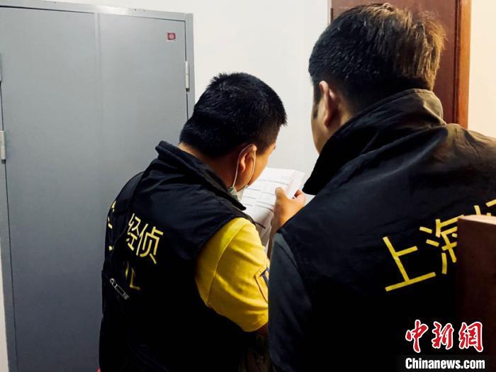 上海警方在上海、浙江、广东、四川、湖南、河南等12个省市开展集中打击,侦破4起在境内从事非法外汇保证金交易的系列非法经营案,捣毁4个犯罪团伙,抓获以张某、曹某、李某、姜某等人为首的,涉及业务端、资金通道端的150余名犯罪团伙成员,查获电脑、手机等作案工具200余件。(上海警方供图) 李姝徵 摄
